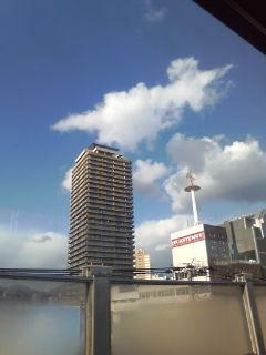 ビルの間の白い雲…
